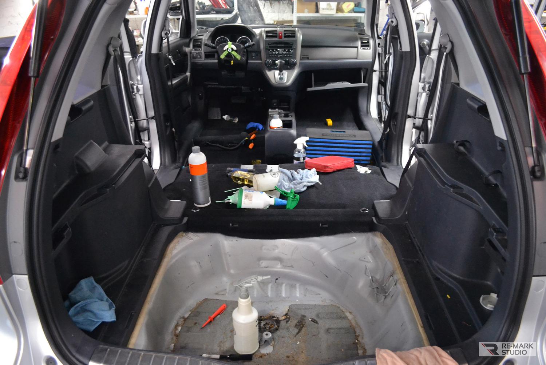 Смотреть на фото исходное состояние салона автомобиля до начала чистки.