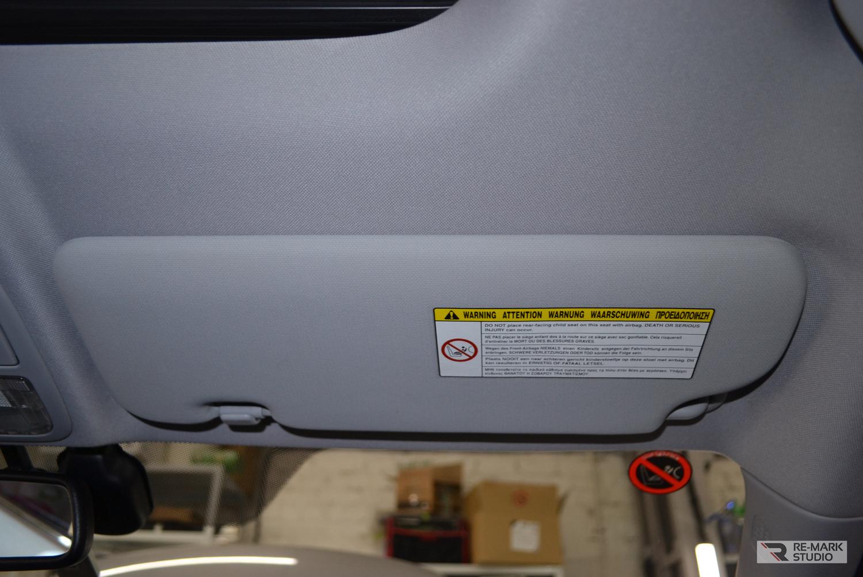 Смотреть на фото козырек пассажирского кресла в салоне автомобиля после химчистки.