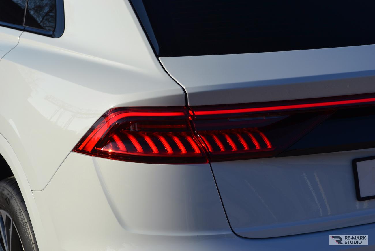 Задний фонарь автомобиля Audi Q8 после оклейки полиуретановой антигравийной пленкой.