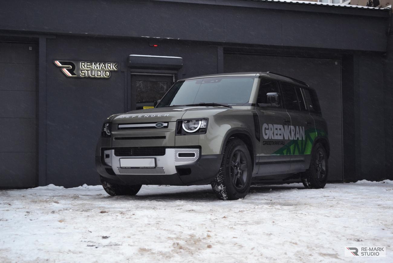 Смотреть на фото конечный результат работ – автомобиль Land Rover Defender после установки брендовых наклеек.