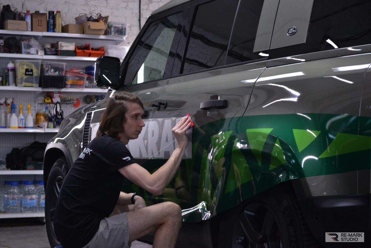 Смотреть на фото: технология монтажа наклеек из литого винила на автомобиль.