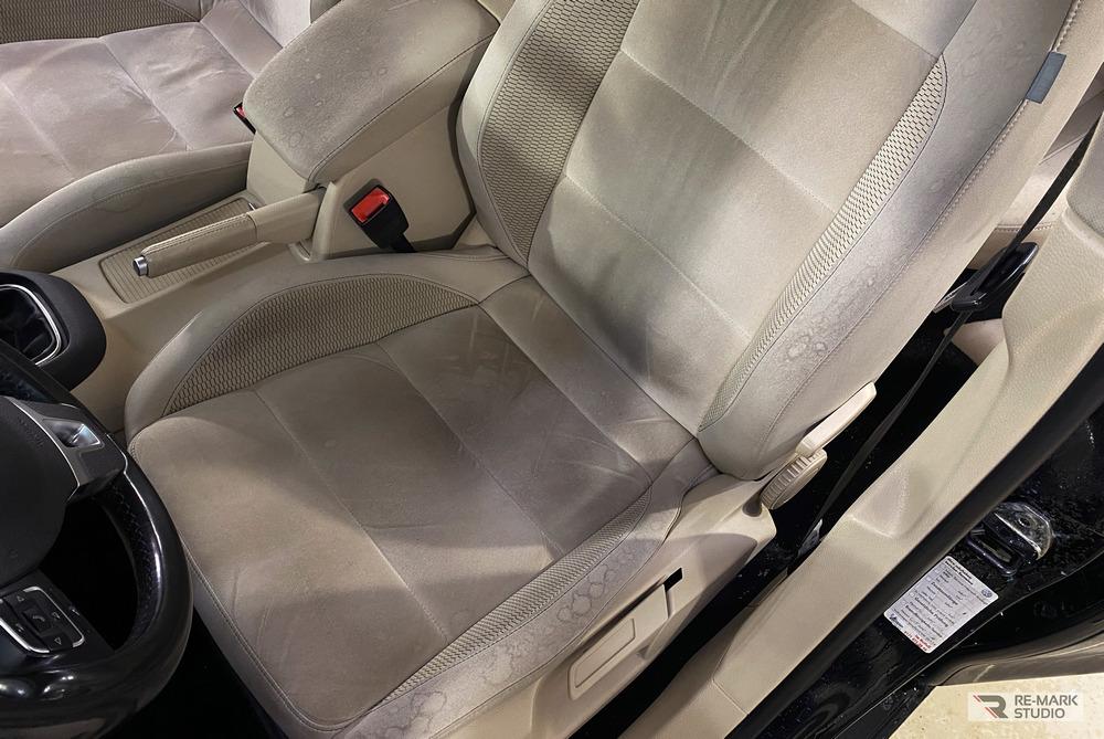 Смотреть на фото водительское кресло автомобиля Volkswagen Golf до химчистки.