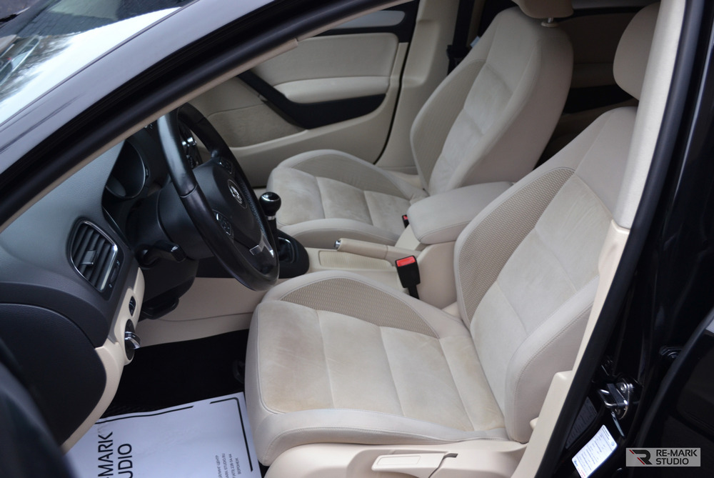 Смотреть на фото кресло водителя в автомобиле Фольксваген Гольф после химчистки.