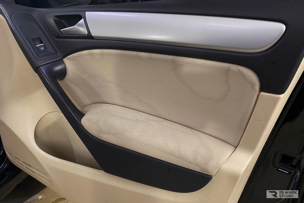 Смотреть на фото дверная карта автомобиля Фольксваген Гольф с грязными разводами до химчистки.