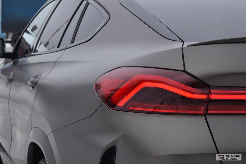 Смотреть на фото задний бампер автомобиля BMW X6 после оклейки матовой антигравийной пленкой.