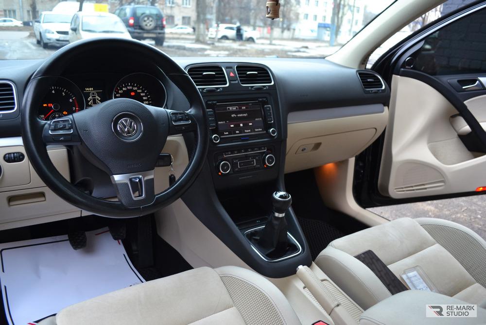 Смотреть на фото консоль автомобиля Volkswagen Golf после профессиональной немецкой химчистки.
