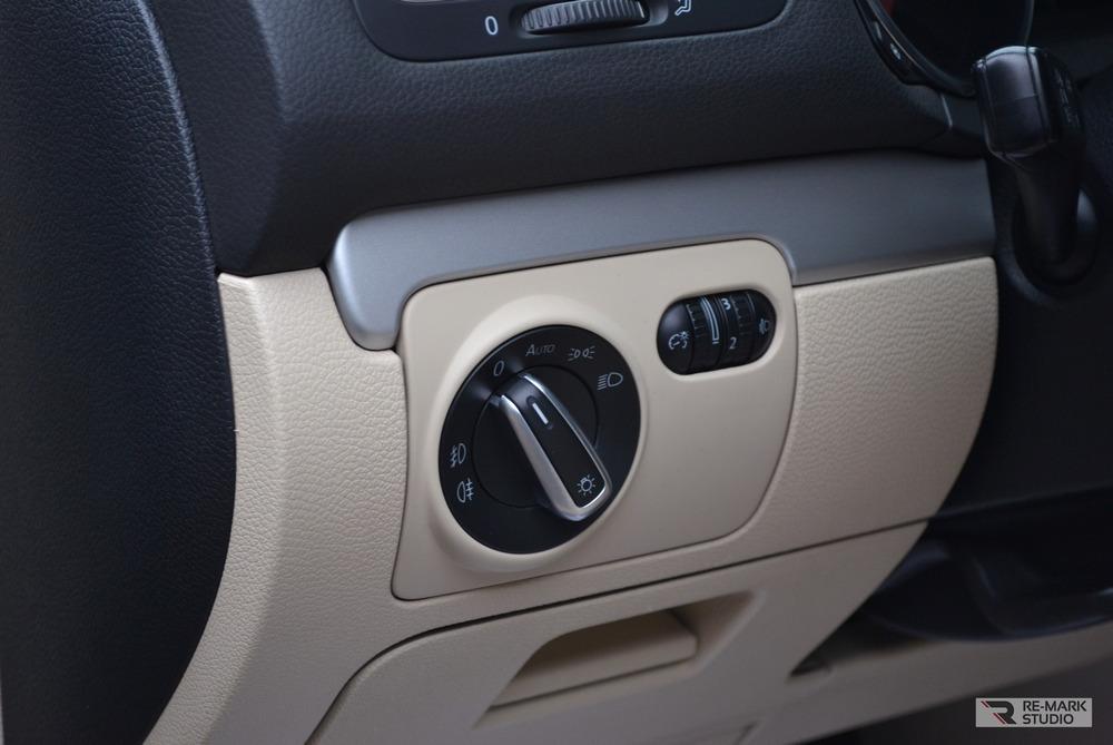 Смотреть на фото регуляторы и переключатели автомобиля Volkswagen Golf после химчистки.