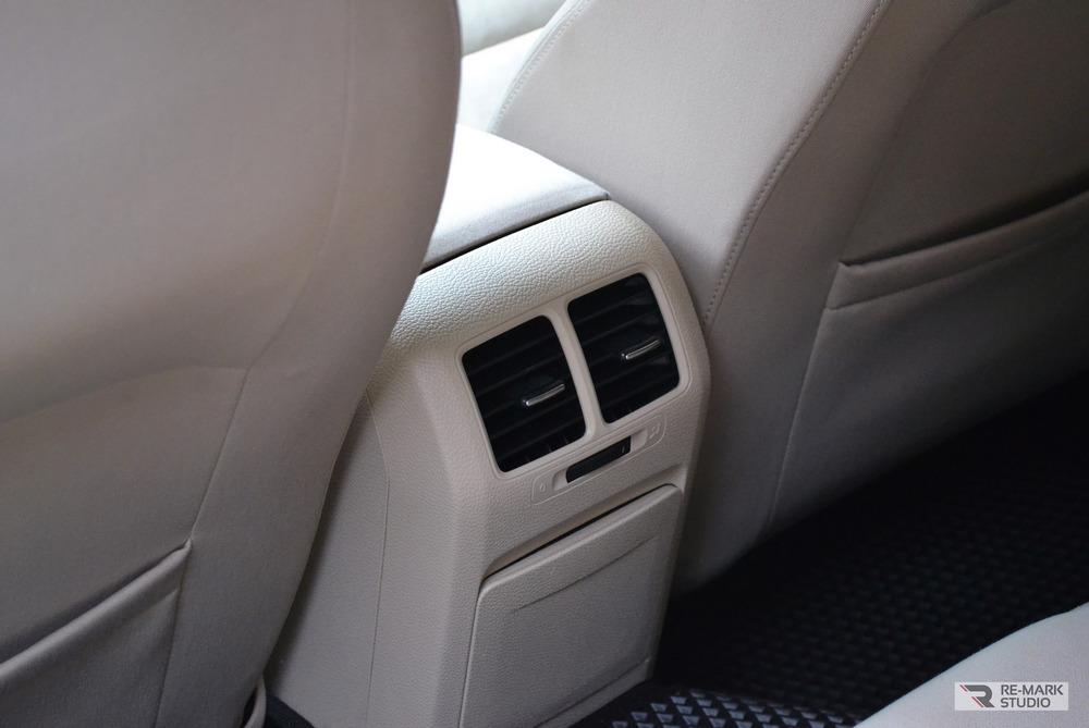 Смотреть на фото салон автомобиля Volkswagen Golf после химчистки и озонирования.