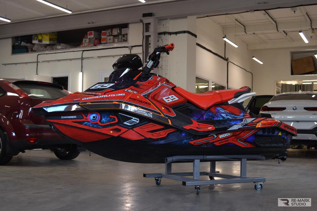 Смотреть на фото гидроцикл SEADOO Spark Trixx с установленными дизайнерскими наклейками фирмы BulletBro.