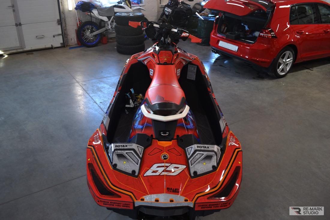 Водный мотоцикл SEADOO Spark Trixx вид сзади после оклейки винилом в стиле стим-панк.
