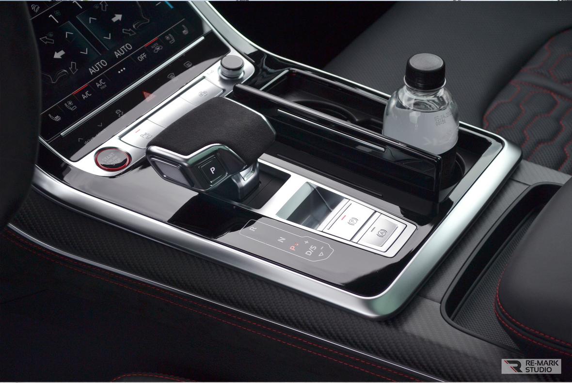 Фото из отчета фирмы «RE-MARK STUDIO» о бронировании твердых элементов салона авто Audi RS Q8 глянцевой и матовой пленкой.