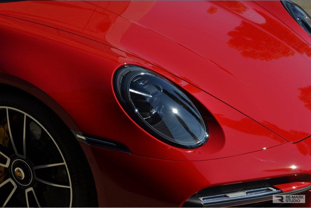 На фото фара Porsche 911 Turbo S после оклейки полиуретановой пленкой.