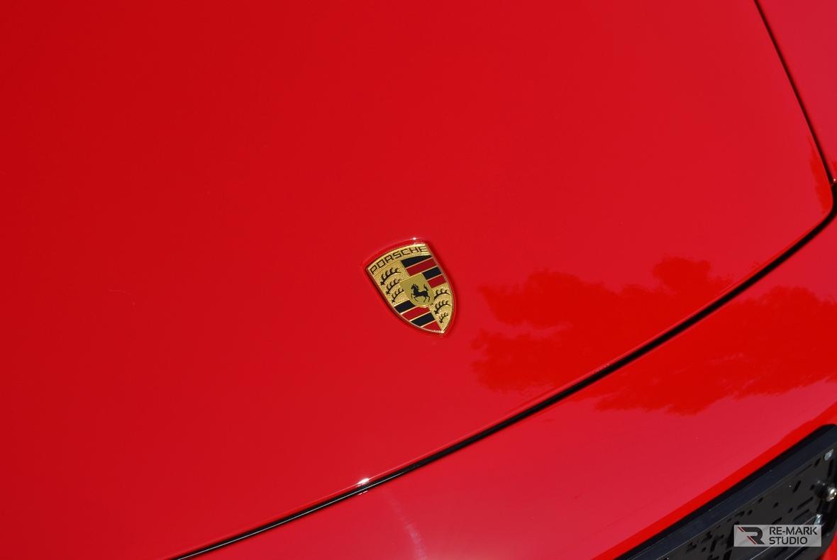 На фото капот Porsche 911 Turbo S после оклейки антигравийной пленкой.