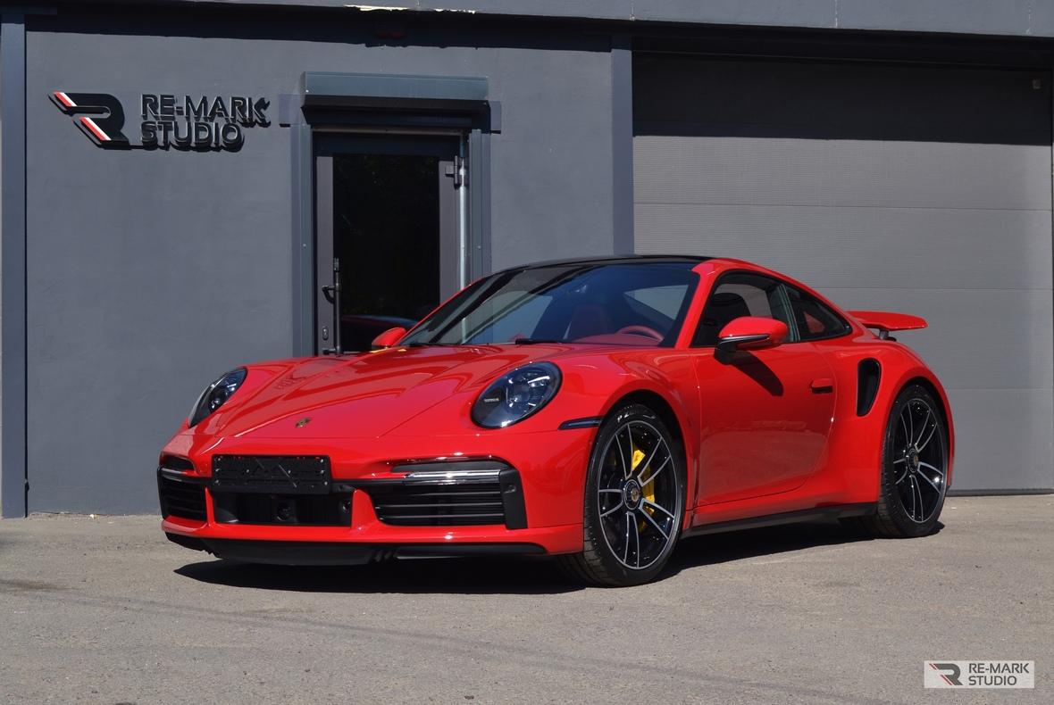 На фото Porsche 911 Turbo S в антигравийной защите.