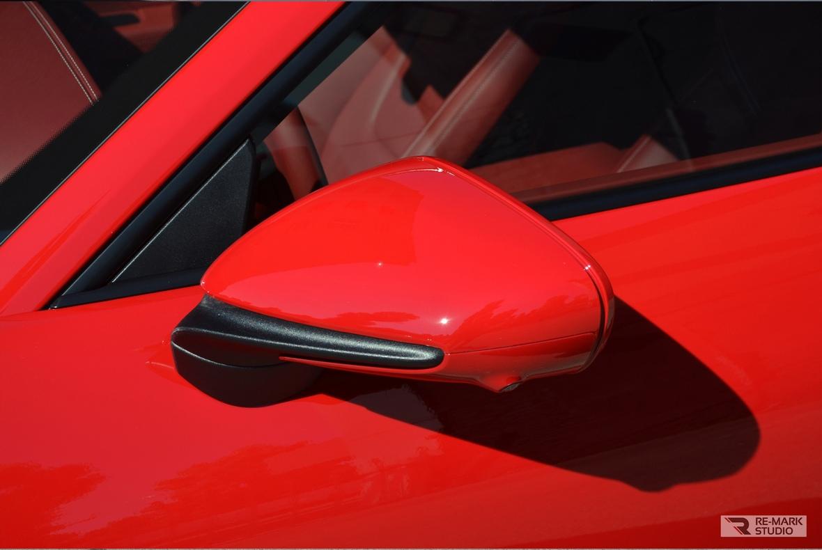 На фото зеркало заднего вида автомобиля Porsche 911 Turbo S после оклейки антигравийной пленкой.